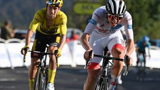 Le Slovène Tadej Pogacar (à droite) devance le maillot jaune, son compatriote Primoz Roglic, sur la ligne d'arrivée de la 15e étape du Tour de France, le 13 septembre 2020 au Grand Colombier (Ain). (DAVID STOCKMAN / BELGA MAG / AFP)