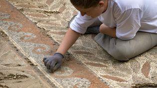 Archéologue à l'œuvre sur un site gallo-romain à Auch le 11 juillet 2017.  (Eric CABANIS / AFP)