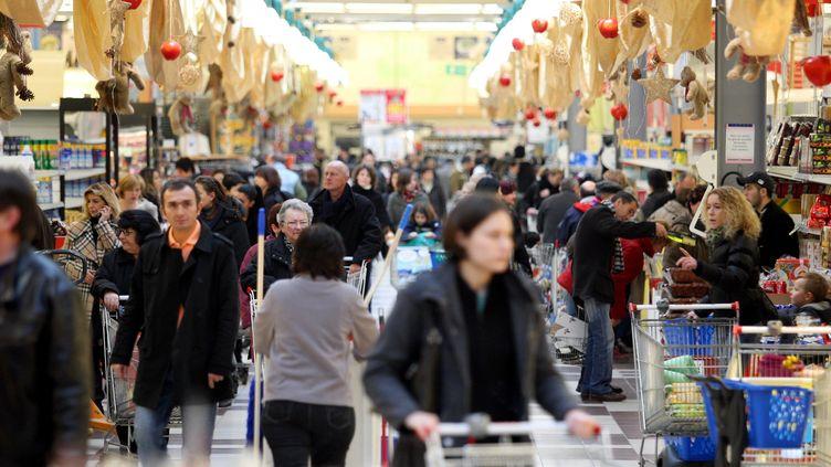 Un supermarché décoré pour les fêtes de Noël, le 20 décembre 2008 à Mulhouse (Haut-Rhin). (MAXPPP)