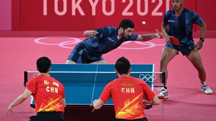 Emmanuel Lebesson et Alexandre Cassin s'inclinent 3-0 en quarts de finale de tennis de table par équipe masculine, face à l'équipe chinoise. (JUNG YEON-JE / AFP)