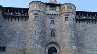 Depuis 50 ans, le château de Mauriac dans le Tarn est restauré par un doux rêveur qui y consacre sa vie. (FRANCE 2)