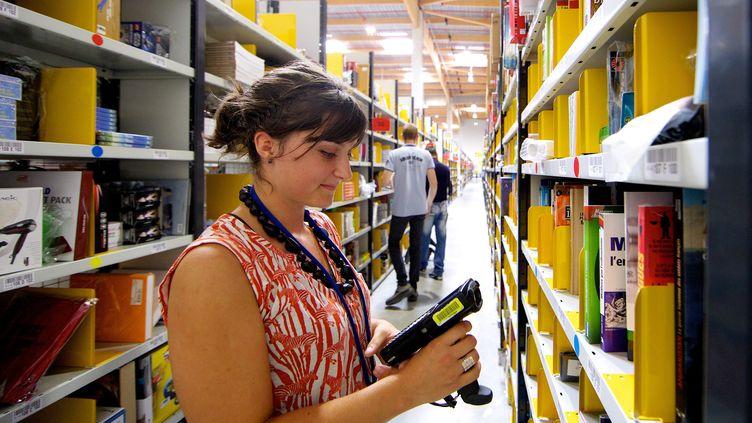 Une salariée d'Amazon France au centre logistique d'Amazon de Montélimar (Drôme), le 11 septembre 2013. (MAXPPP)