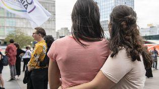 Deux femmes lors de laJournée internationale de la visibilité lesbienne, à Berlin, en Allemagne, le 26 avril 2019. (PAUL ZINKEN / DPA / AFP)