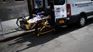 Un patient est pris en charge par une ambulance, à New York, le 1er avril 2019. (SPENCER PLATT / GETTY IMAGES NORTH AMERICA / AFP)