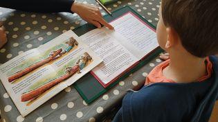 Un écolier confiné à la maison, qui fait ses devoirs. (XAVIER LOUVEL / RADIO FRANCE)
