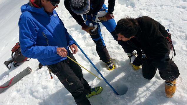 (Mise ne place d'une balise pour mesurer la fonte du glacier © Guillaume Battin)