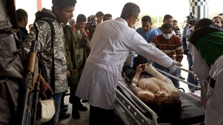 Rebelle libyen blessé (à la suite d'un raid supposé de l'OTAN) transporté à l'hôpital d'Ajdabiya (nord-est de la Libye) (AFP PHOTO / ODD ANDERSEN)