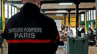 Une opération de vaccination contre le Covid-19 au centre des sapeurs-pompiers de Champerret (17e arrondissement) de Paris, le 7 mars 2021. (VALENTIN DUNATE / RADIO FRANCE)