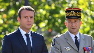 Emmanuel Macron et le général Pierre de Villiers, le chef d'état-major des armées, remontent les Champs-Elysées le 14 juillet 2017 (LIEWIG -POOL/SIPA)