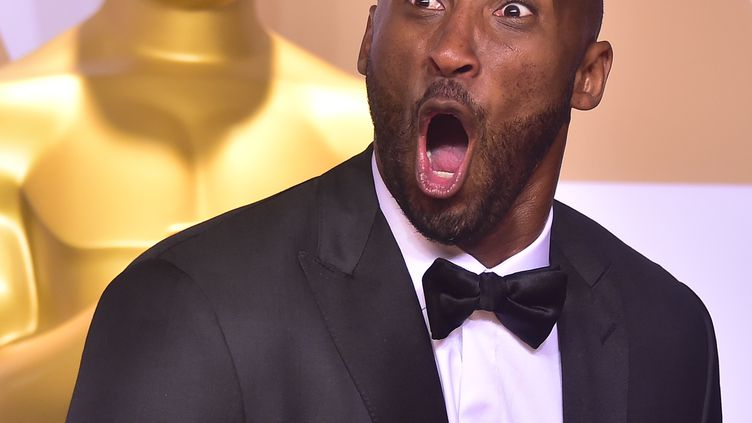 Kobe Bryantobtientl'Oscardu meilleur court-métrage d'animation, le 4 mars 2018 à Hollywood (Californie). (FREDERIC J. BROWN / AFP)