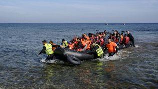 Des réfugiés syriens arrivent de Turquie sur l'île grecque de Lesbos, le 18 mars 2016. (GUILLAUME PINON / NURPHOTO / AFP)