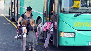 Des enfants montent dans le bus scolaire à la fin de leur première journée d'école, le 4 septembre 2012 à Saint-Ganton, dans l'ouest de la France. (image d'illustration) (FRANK PERRY / AFP)