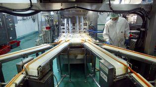 Une usine de fabrication de bâtonnets de surimi à Saint-Malo (Ille-et-Vilaine), en mars 2004. (MARCEL MOCHET / AFP)