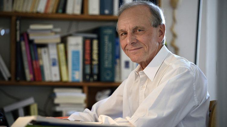 Le professeur Axel Kahn, à Paris le 14 avril 2021. (ERIC FEFERBERG / AFP)