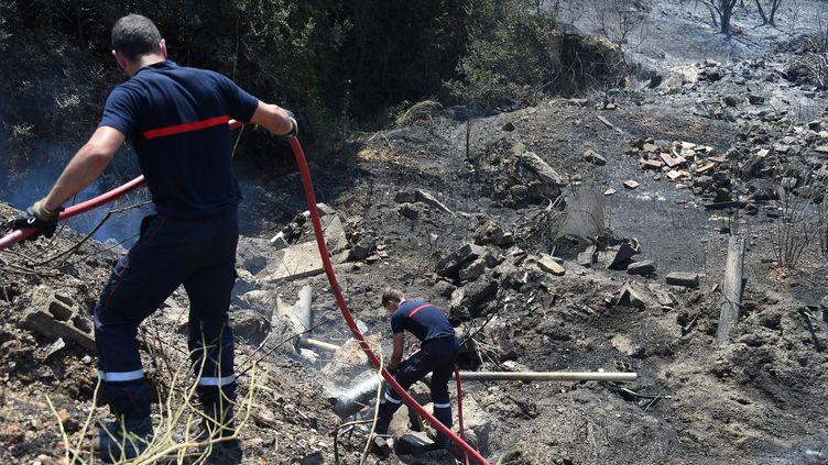 Des pompiers sur les incendies dans le Gard (illustration). (SYLVAIN THOMAS / AFP)