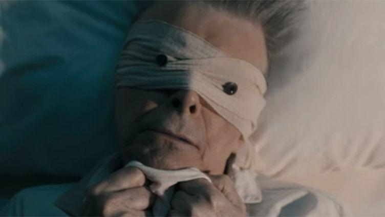 """David Bowie dans le clip de """"Lazarus"""" de Johan Renck publié le 7 janvier 2016.  (saisie écran)"""