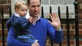 Le prince William et le prince George arrivent à l'hôpital St Mary de Londres, le 2 mai 2015, où la duchesse Kate a accouché d'un second enfant, un peu plus tôt dans la journée.  (SUZANNE PLUNKETT / REUTERS)