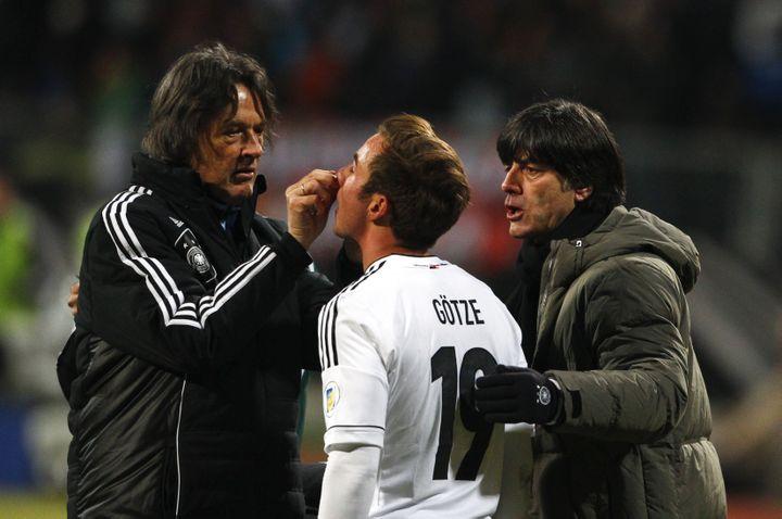 Le docteur Müller-Wohlfahrt soigne le joueur de l'équipe d'Allemagne Mario Götze, à Nuremberg (Allemagne), le 26 mars 2013. (MICHAELA RELE / REUTERS)