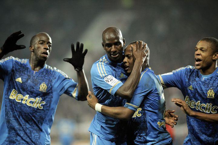 Le joueur de l'OM Alou Diarra félicité par ses coéquipiers Souleymane Diawara, André Ayew et Loïc Rémy après son but contre Dijon (3-2) lors de la 12e journée de L1. (Jeff Pachoud / AFP)