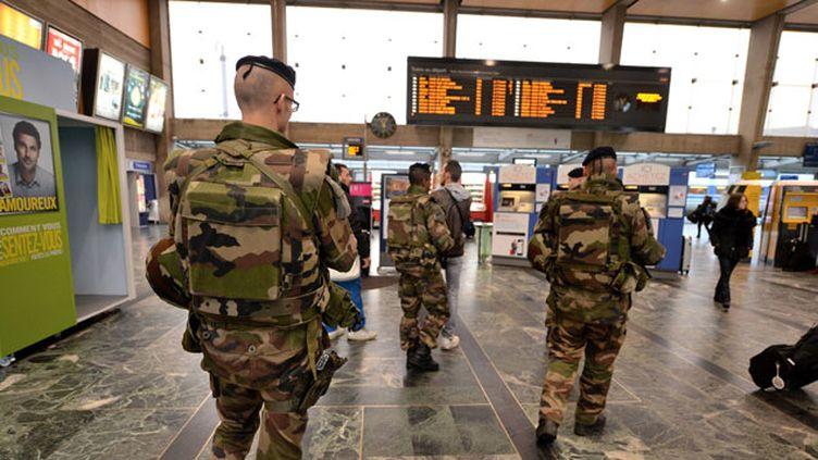 (Contrôles Vigipirate dans le hall et sur les quais de la gare de Nantes, dans le cadre de l'état d'urgence © MaxPPP)