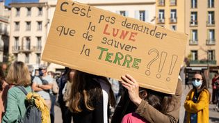 Un slogan lors de la marche pour le climat à Perpignan, le 28 mars 2021. (JEANNE MERCIER / HANS LUCAS / AFP)