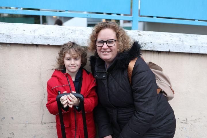 Anne Andraud-Costanzo et son fils Maxime, 7 ans, à la sortie de l'école Ferdinand-Buisson, à Savigny-sur-Orge (Essonne). (CHARLOTTE CAUSIT / FRANCEINFO)