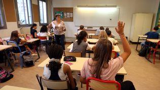 Des élèves du collège Guillaume-Apollinaire, dans le 15e arrondissement de Paris, le 1er septembre 2016. (MAXPPP)