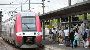 Des passagers en gare d'Orléans (Loiret), le 25 août 2020. (JEAN-FRANCOIS MONIER / AFP)