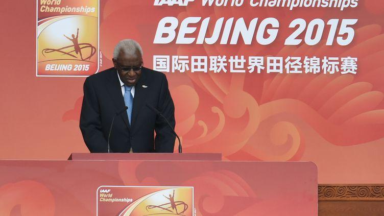 Lamine Diack, le 22 août 2015 alors président de la fédération internationale d'athlétisme, prononce un discours pour l'ouverture des championnats du monde à Pékin. (GREG BAKER / AFP)