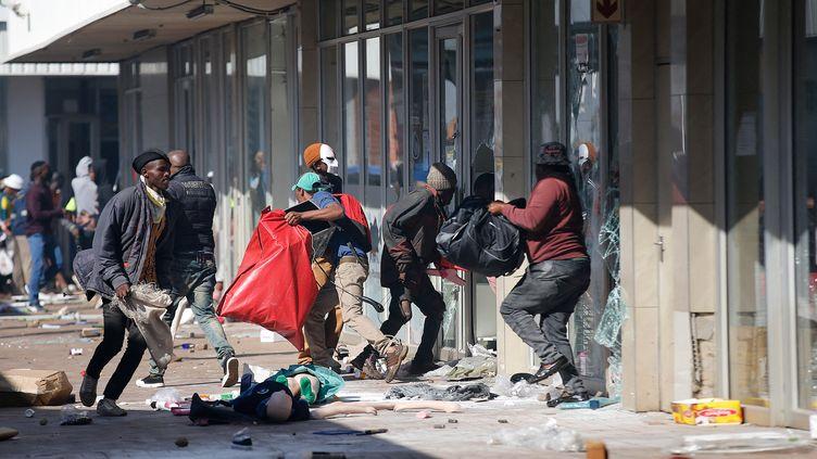 Pillage dans un centre commercial à l'est de Johannesbourg, le 12 juillet 2021. (PHIL MAGAKOE / AFP)