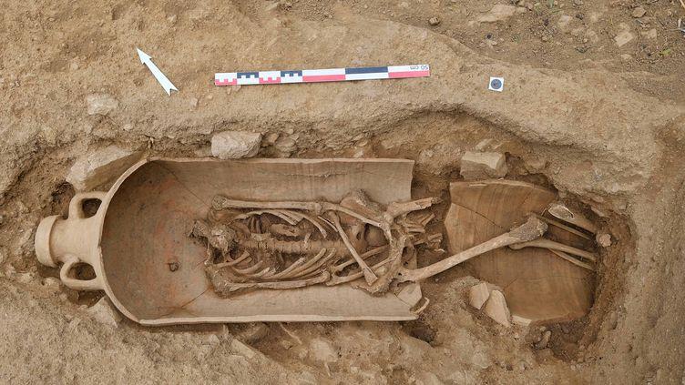 Un corps dans une amphoreoriginaire d'Afrique, sur le site de la nécropole antique de l'Île-Rousse (avril 2021) (PASCAL DRUELLE / INRAP)