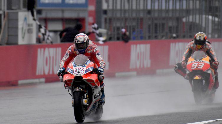 Andrea Dovizioso (Ducati) gagne devant Marc Marquez (Honda)  (TOSHIFUMI KITAMURA / AFP)