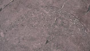 Motif gravé en forme de demi-cercle et décoré d'entrelacs, sur le site de Ngembo, en RDC. (GEOFFROY HEIMLICH)