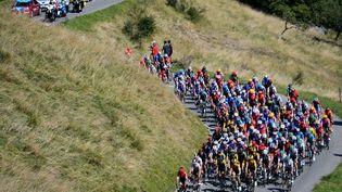 Le peloton du Tour de France lors de la 8e étape, entreCazères-sur-Garonne (Haute-Garonne) et Loudenvielle (Hautes-Pyrénées), le 5 septembre 2020. (DAVID STOCKMAN/BELGA MAG / AFP)