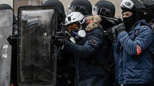 """Des policiers avec des lanceurs de balle de défense, à Paris, lors d'une manifestation des """"gilets jaunes"""", le 19 janvier 2019. (PHILIPPE LOPEZ / AFP)"""