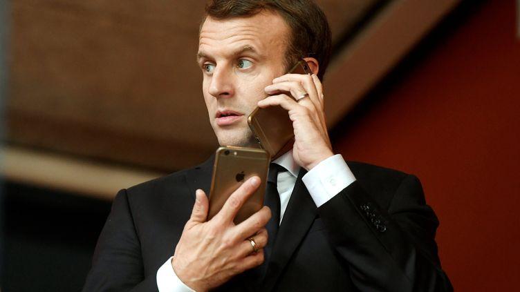 Le président français Emmanuel Macron utilisant deux iPhone, lors d'un sommet européen à Gothenburg (Suède) le 17 novembre 2017 (SZILARD KOSZTICSAK / MTI)