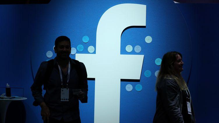 Le logo de Facebook lors d'une conférence à San Jose, en Californie (Etats-Unis), le 30 avril 2019. (JUSTIN SULLIVAN / GETTY IMAGES NORTH AMERICA / AFP)