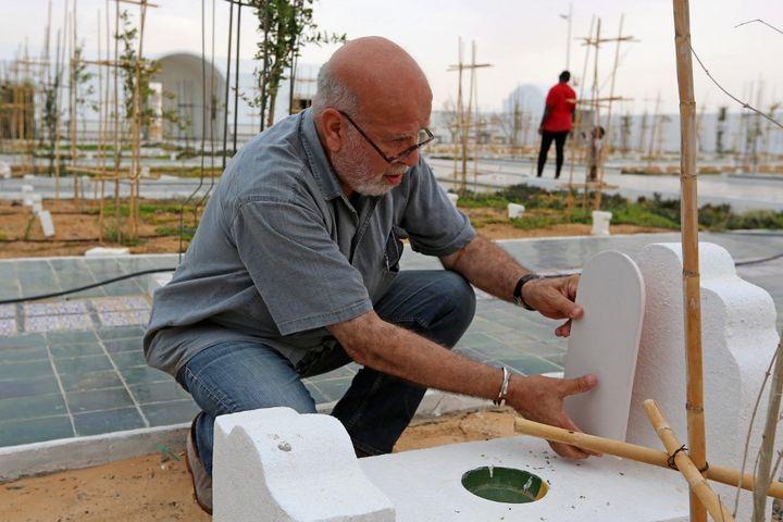 """L'artiste algérienRachid Koraichi au Jardin d'Afrique"""", cimetière dans le sud de la Tunisie, le 1er juin 2021. (FATHI NASRI / AFP)"""