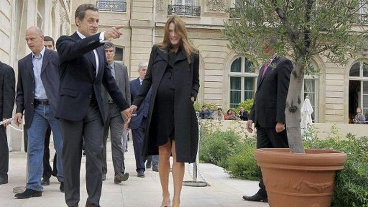 Nicolas et Carla Sarkozy dans les jardins de l'Elysée pour les journées du Patrimoine (17 septembre 2011) (AFP/JACQUES BRINON)