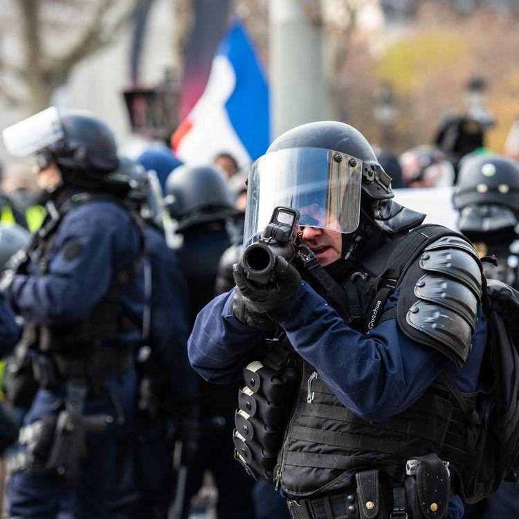 """Un membre des forces de l'ordre équipé d'un lanceur de balles de défense lors de la journée de mobilisation des """"gilets jaunes"""" à Paris le 9 décembre 2018. (KARINE PIERRE / HANS LUCAS)"""