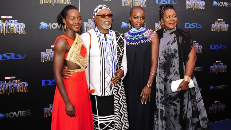 """Certains membres de l'équipe du film """"Black Panther"""", àJohannesbourg (Afrique du Sud), le 16 février 2018. (AFP)"""