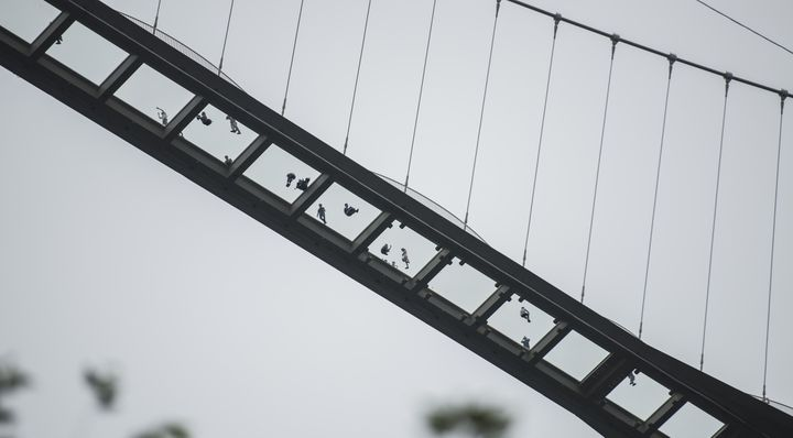 Le pont de Zhangjiajie vu d'en bas...  (FRED DUFOUR / AFP)