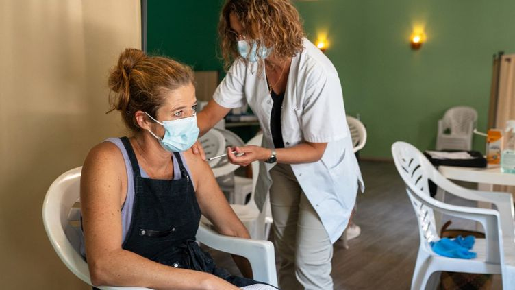 Une femme reçoit une dose de vaccin contre le Covid-19,au Barcarès (Pyrénées-Orientales), le 22 juillet 2021. (ALINE MORCILLO / HANS LUCAS / AFP)