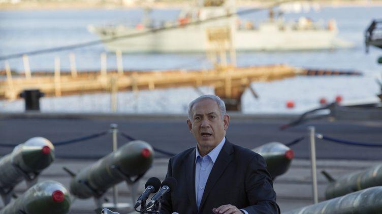 Le Premier ministre israélien, Benjamin Netanyahou, présente les roquettes M302, à Eliat, le 10 mars 2014. (AMIR COHEN / REUTERS)