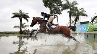 Astier Nicolas sur son cheval Piaf de B'neville durant le concours complet d'équitation à Rio, au Brésil, le 9 août 2016. (FRISO GENTSCH / DPA / AFP)