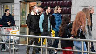 Devant un supermarché à Milan pendant la quarantaine imposée pour enrayer l'épidémie de coronavirus en Italie, le 8 mars 2020. (MIGUEL MEDINA / AFP)