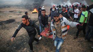 Des manifestants évacuent l'un de leurs blessés, le 26 octobre 2018 à Gaza. (HASSAN JEDI / ANADOLU AGENCY / AFP)