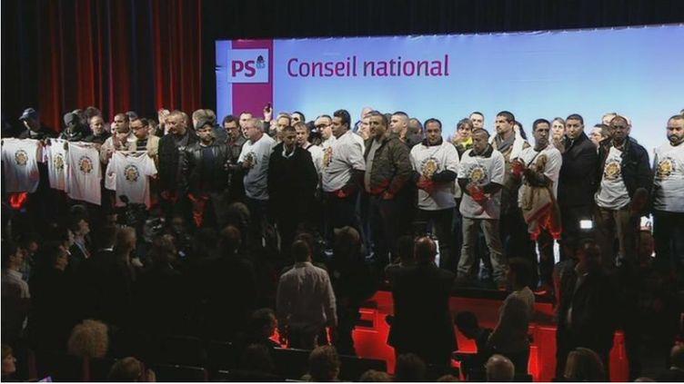 Des salariés de PSA ont envahi le Congrès natyional du Parti socialiste, le 13 avril 2013, à La Villette, à Paris. (PS / FRANCETV INFO)