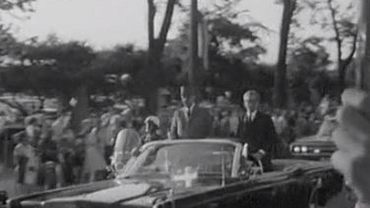Charles De Gaulle acclamé sur la route de Montréal le 24 juillet 1967. (FRANCE 2)