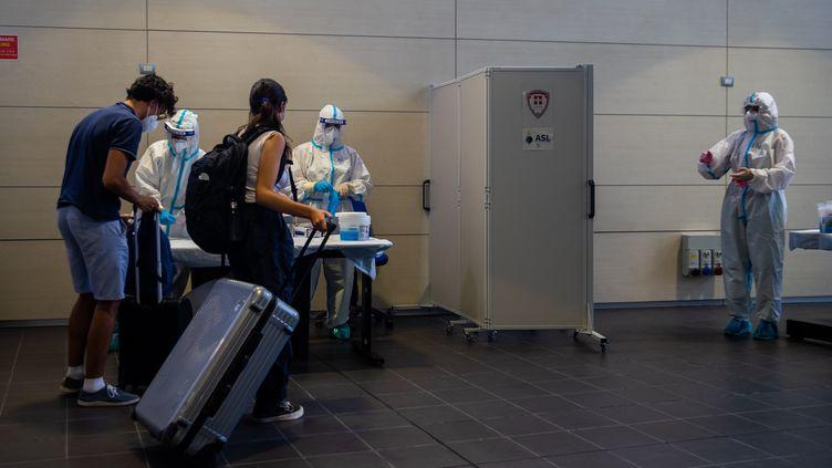 Des voyageurs passent un test de dépistage du Covid-19 à leur arrivée à l'aéroport de Turin (Italie), le 17 août 2020. (MAURO UJETTO / NURPHOTO / AFP)